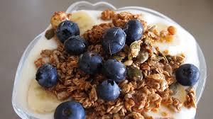 yoghurt met bessen en granola